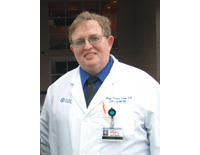 T.クロウD.O. 勤務するオーランドのフロリダ病院は、医師総数の約半数がD.O.(2008年現在)